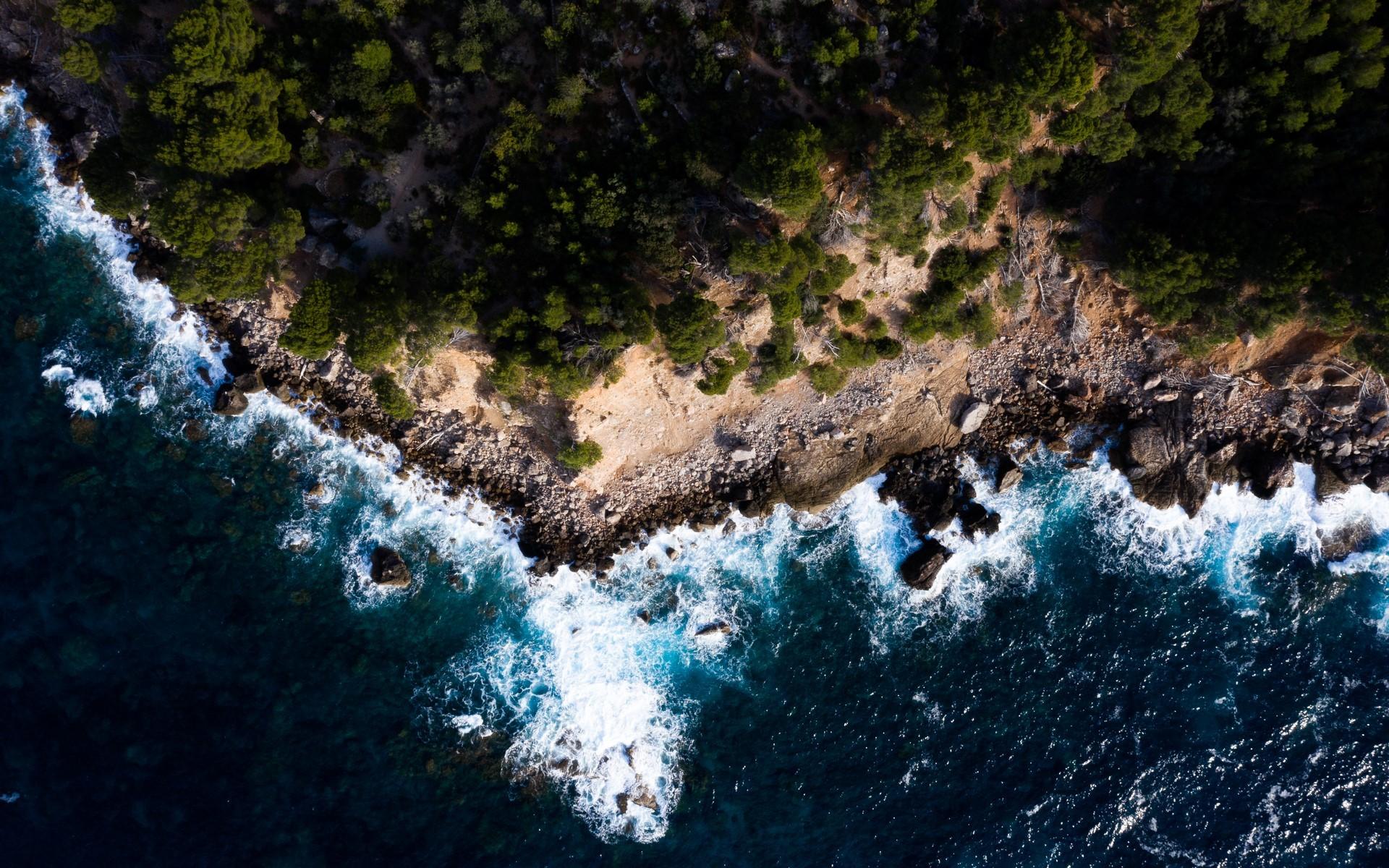 Widok na plażę i morze Śródziemnomorskie.