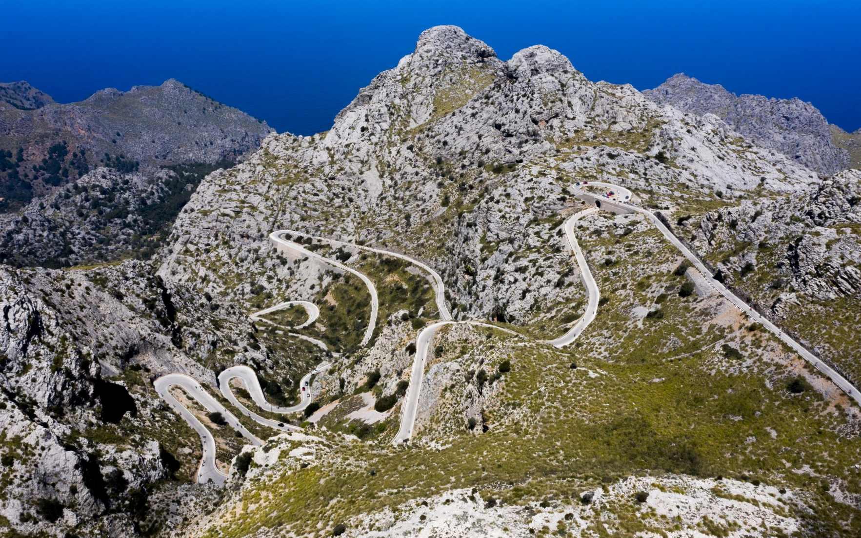 Zdjęcie z drona zrobione na Majorce, widać na nim drogę do Sa Calobra.