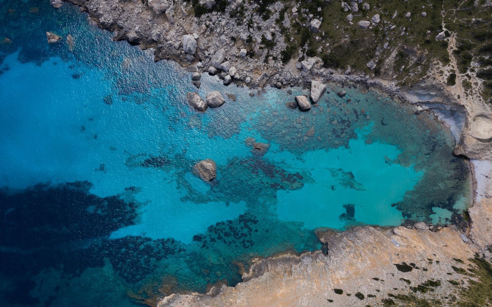 Krystaliczna woda na Majorce z drona.