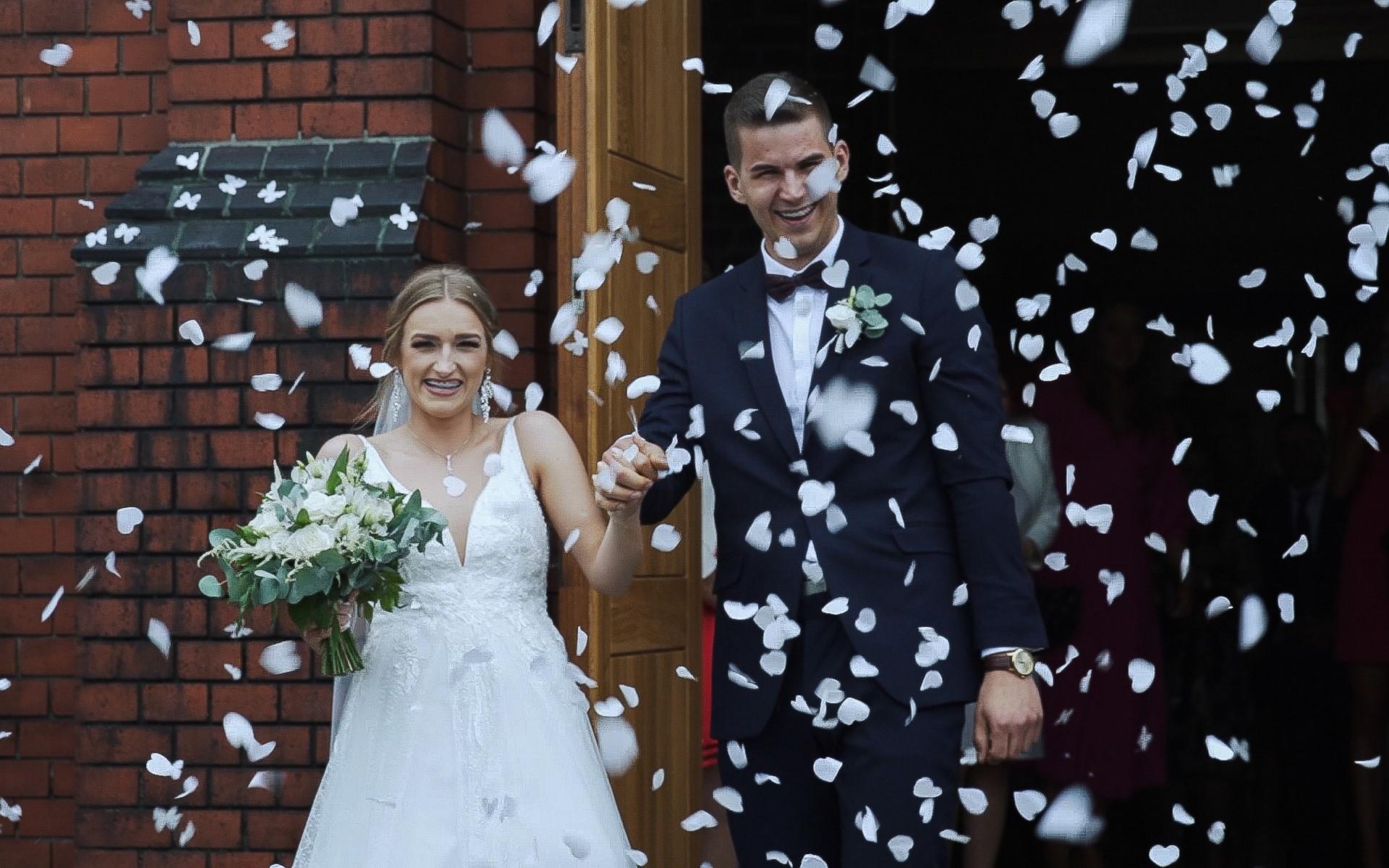 wyjście z koscioła kamerzysta na wesele nowy tomyśl