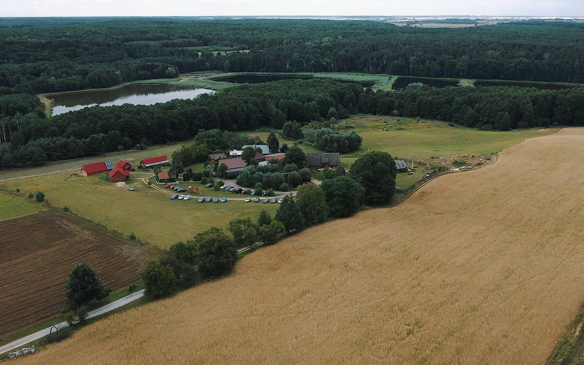 ranczo w dolinie z drona
